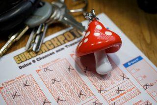 Setelah pengundian pertama pada Februari Jumat lalu, seorang pemain dari Denmark senang mendapatkan sekitar sebelas juta euro.  Rata-rata, Eurojackpot dipukul sebelas kali setahun di kategori hadiah utama.  Fakta bahwa sekarang ada hit di sana selama empat minggu berturut-turut menjadi unik sejak lotere dimulai pada Maret 2012.  (Gambar: Münsterview / Tronquet)