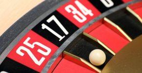 In einer Spielbank liegt beim Roulette die Kugel bei der Zahl 17. Foto: Bernd Wüstneck/dpa-Zentralbild/ZB/Symbolbild/dpa