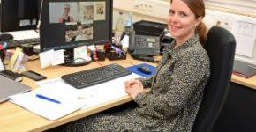Membantu dengan orientasi karir: Frauke Meyer menjadi penasihat para peserta di akademi karir Gauselmann Group.
