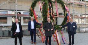 Cangkang gedung baru di Merkur-Allee di Espelkamp telah selesai dan karangan bunga topping-out diangkat: Pengusaha Paul Gauselmann (kanan) senang dengan kemajuan konstruksi dengan (dari kiri ke kanan) Lars Reichel (Merkur Immobilien), Frank Kögel (perusahaan konstruksi Kögel Bau) dan Henning Vieker (Walikota Kota Espelkamp).