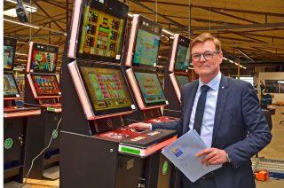Manajer pabrik Hans Martin Grube telah bergabung dengan Gauselmann Group selama 30 tahun.